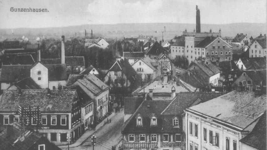 Wie mächtig das Haus Silo aus der Kulisse der Stadt herausragt zeigt dieses Bild, das um 1915 vom Blasturm aus entstand. Noch ist darin die Malzfabrik untergebracht, wovon auch der große Schornstein zeugt.