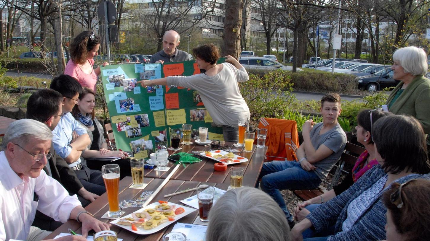 Der Bund Naturschutz zeigt bei der Spendenübergabe einige seiner Aktivitäten. Die Ökofest-Initiative, die überparteilich sein will, vergibt jährlich die Überschüsse aus dem Ökofest an Herzogenauracher Projekte. Foto: Kronau