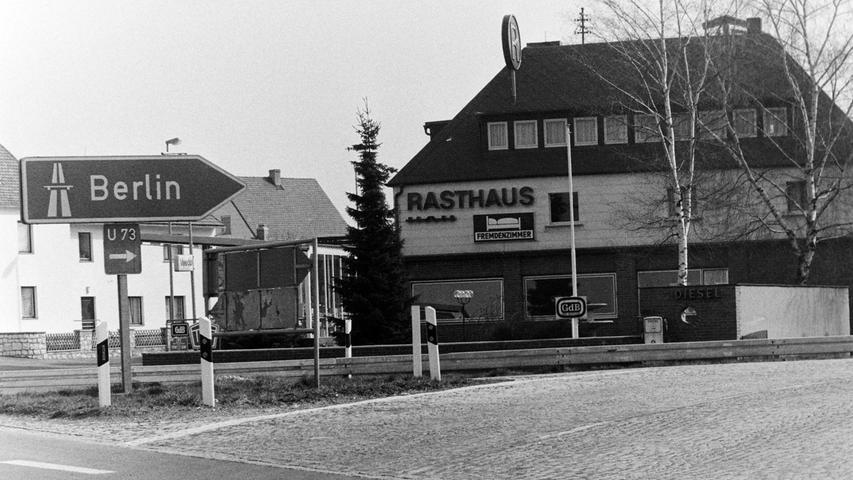 Ein letztes Aufbäumen gab es im Frühjahr 1977 im Pegnitzer Stadtrat im Kampf um den Erhalt der einstigen Autobahnausfahrt, direkt am einstigen Rasthaus Hölzel im Ortsteil Neudorf gelegen. Während die Autobahndirektion die räumliche Nähe der Ausfahrten Pegnitz und Grafenwöhr mit nur wenigen 100 Meter Entfernung für gefährlich einstufte, sah der Stadtrat große Probleme darin, sollten der Militär- und der Zivilverkehr über nur mehr eine zentrale Anschlussstelle abgewickelt werden. Neben einer Unfallhäufung wurden auch wirtschaftliche Nachteile für Pegnitz befürchtet. Nichts davon ist heute, 40 Jahre später, festzustellen. Militärkolonnen zum Truppenübungsplatz sind zur Seltenheit gewonnen und an die einstige A9-Ausfahrt Pegnitz kann sich schon kaum mehr jemand erinnern.