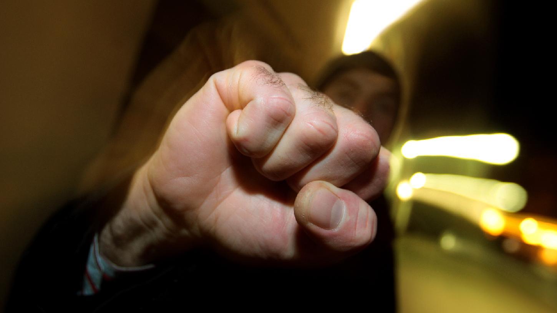 Weil drei Jugendliche seinen 15-jährigen Sohn schlugen, griff der Vater in das Geschehen ein und verletzte einen der Angreifer mit einem Werkzeug am Kopf.