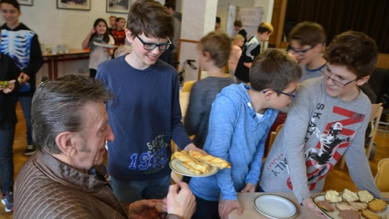 Schüler des Liebfrauenhauses verteilten Solibrote an Senioren.