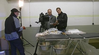 Der OP-Tisch war noch verpackt: Die Fürther Untergrundforscher Kamran Salimi und Patrick Preller haben das Bunker-Krankenhaus in Gunzenhausen aus dem Dornröschenschlaf geweckt, ein BR-Fernsehteam hat dabei gefilmt.