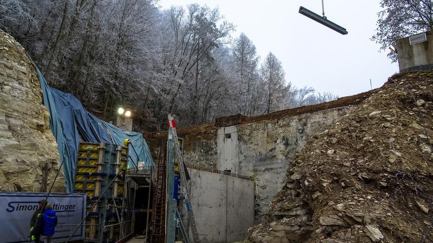 Wer in Treuchtlingen in den Untergrund will, muss erst hoch hinauf: Auf dem Nagelberg befindet sich der unterirdische Wasser-Hochbehälter der Stadt. Bisher gab es nur einen schmalen Zugang, jetzt wird eine breite Zufahrt angelegt.