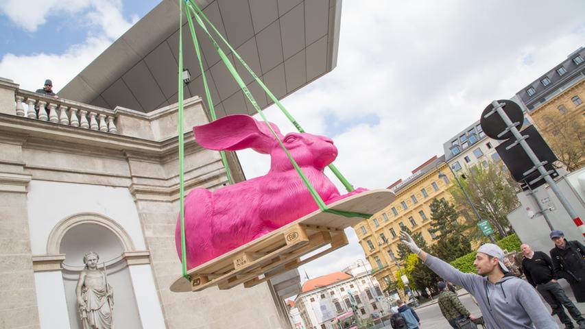Mit Dürer hoch hinaus: Die Wiener Albertina ließ 2014 einen überdimensionalen pinkfarbenen Dürer-Hasen aufs Dach hieven. Anlass war die Ausstellung