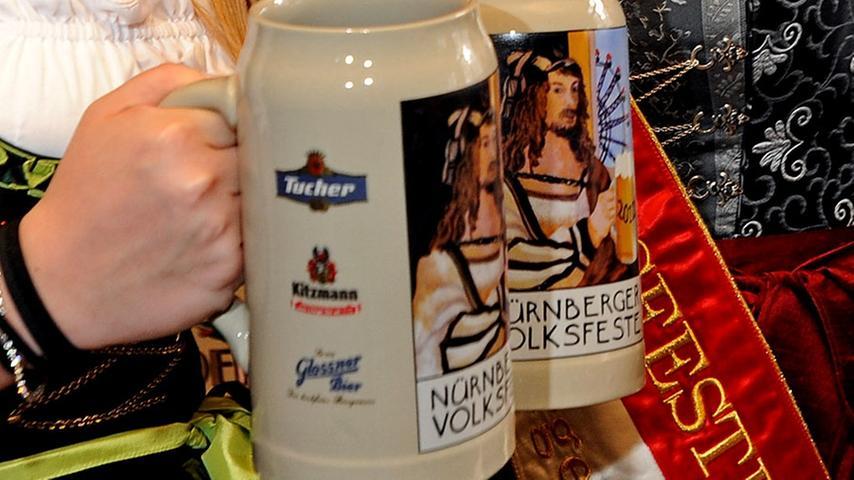 Ein Prosit auf Albrecht Dürer! Es gibt nicht nur Christkindlesmarkt-Glühweinbecher mit seinem Konterfei, sondern auch Maßkrüge. Das Bild entstand beim Nürnberger Frühlingsfest 2012.
