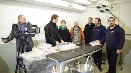 Ein Kamerateam war dabei, als der Fürther Untergrundforscher Kamran Salimi (links) den Klinik-Bunker in Gunzenhausen inspizierte.