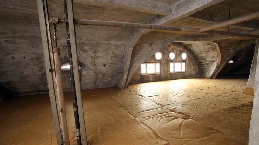 Weiche Isomatten am Dachboden sollen die Wärme im Haus halten. Demnächst werden hier Luxuswohnungen eingebaut.
