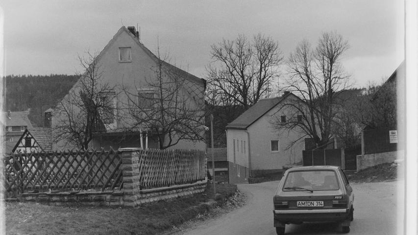 Kurz vor Ostern 1977 begannen im Pegnitzer Ortsteil Hainbronn die Vorbereitungen für den Ausbau der Ortsdurchfahrt. So wurde auf Veranlassung des Straßenbauamts Bayreuth ein im Weg stehendes Haus abgerissen, um die Fahrbahn entsprechend verbreitern und übersichtlich gestalten zu können.