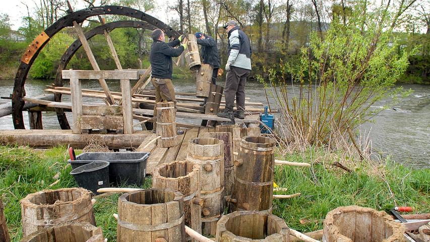 Wasserrad bei Oberndorf wird eingebaut