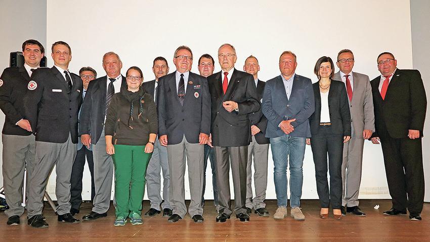 Der neugewählte Vorstand des BRK-Kreisverbands Südfranken mit Vorsitzendem Wolf-Dieter Ueberrück (Sechster von rechts), dem neuen Chefarzt Dr. Achim Ehrt (Fünfter von rechts) und Geschäftsführer Rainer Braun (rechts).