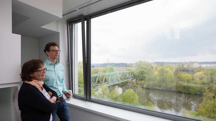 Kerstin Hoyer und Peter Klinger sind seit November in Forchheim. Sie genießen den Blick ins Grüne von den neuen Büros aus.