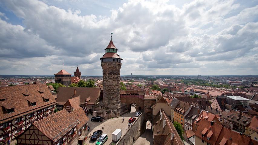 A wie atemberaubend: Die Kaiserburg ist ohnehin ein einmaliger Anblick, aber auch der Blick hinunter von den Burgmauern ist atemberaubend. Hier bekommt man die wohl schönste Aussicht über Nürnbergs Altstadt.