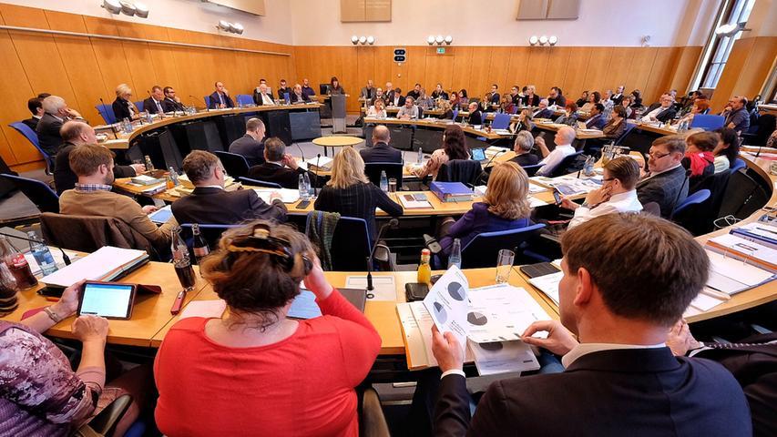 Nach Seehofers Ankündigung herrschte im Nürnberger Rathaus eine gewisse Nervosität. In einer Resolution appellierte der Stadtrat an die bayerische Staatsregierung, sich für den Standort Nürnberg stark zu machen. Darin hieß es unter anderem: