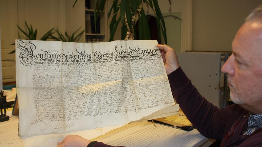 Stadtarchivar Werner Mühlhäuser mit einem Markgräflichen Schreiben zum Brauhaus Gunzenhausen, das auf Befehl des Margrafen Johann Friedrich 1671 erbaut wurde.