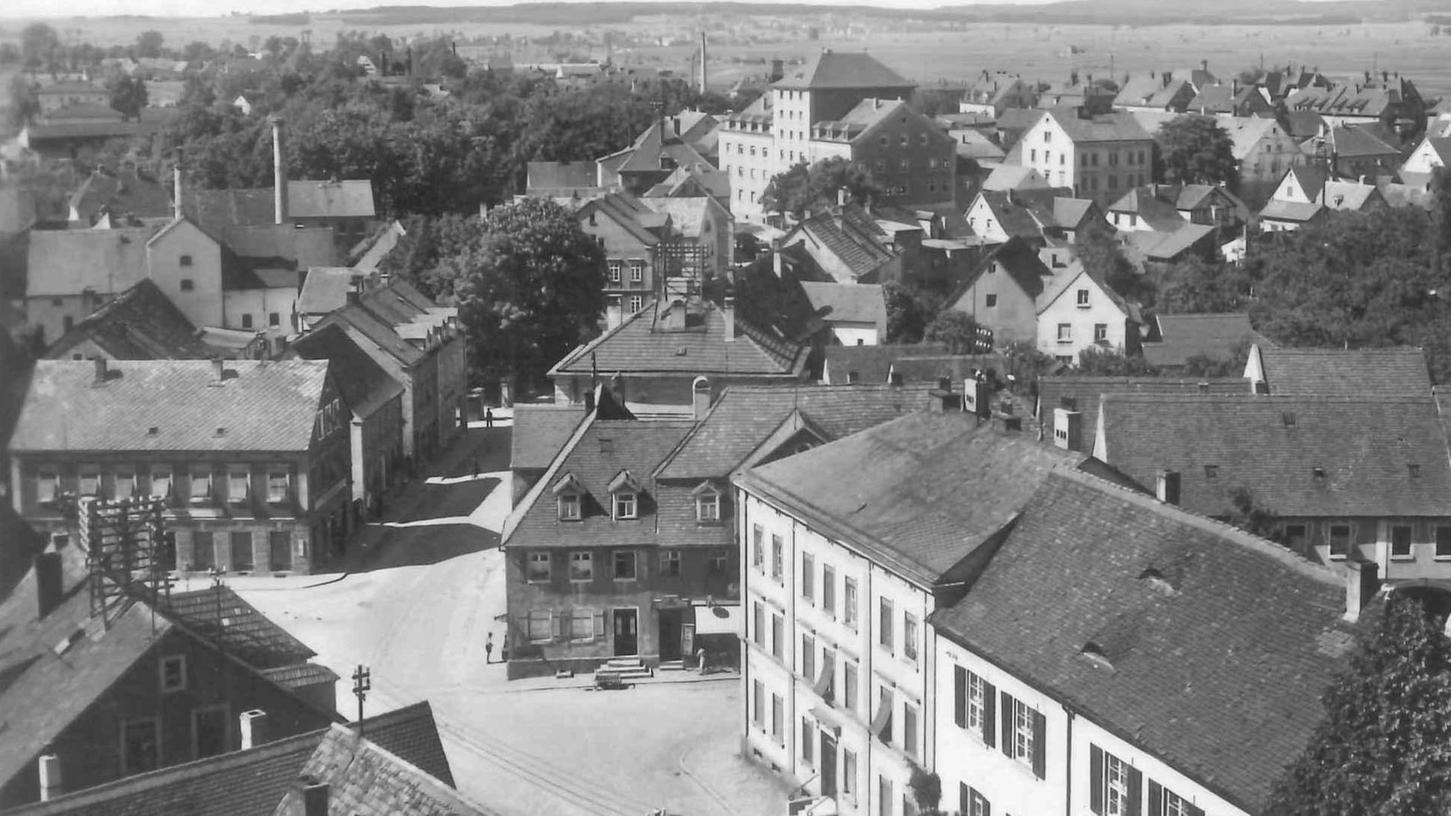 Im Jahr 1930 entstand dieses Foto vom Blasturm aus. Anstelle der Zinnen hat der Mittelbau ein Dach erhalt, das Haus gehört inzwischen dem Gemeinschaftsverband Mutterhaus Hensoltshöhe und beherbergt unter anderem einen Kindergarten und ein Kindergärtnerinnen-Seminar.