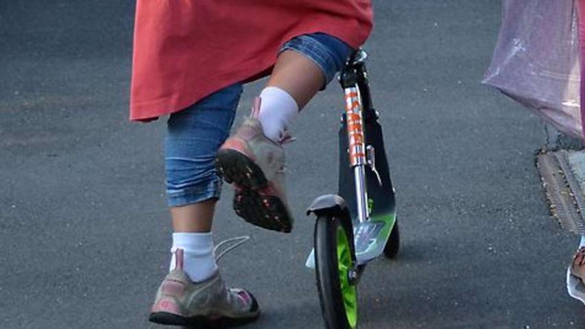 Ein kleines Mädchen aus Nürnberg wollteseine Stiefmutter in Schwabach besuchen und schnappte sich ihren Tretroller. Kurz vor der Autobahn wurde die Sechsjährige gestoppt.Bis zum Eingreifen der Polizei hatte die kleine Dame bereits über drei Kilometer zurückgelegt.