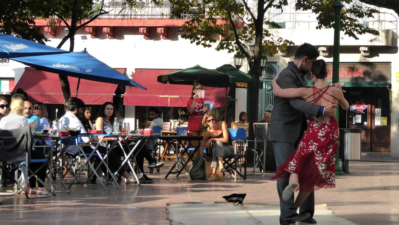 Bei uns undenkbar, in Buenos Aires normal: Ein Paar tanzt Tango in einem Straßencafe.