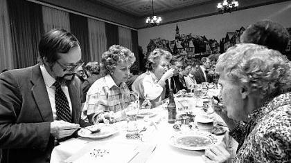 Was man eingebrockt hat, das muss man auch auslöffeln: Die Mitglieder des Vereins «Alt-Fürth» geben sich mit enormer Begeisterung (links der geschäftsführende Vorsitzende Helmut Richter) der Ollapodrida-Suppe hin.