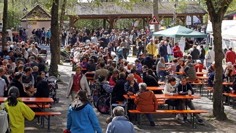 """""""Das Fest spricht für sich"""", sagt Organisatorin Retta Müller-Schimmel. Die vielen Besucher am Weihersbach scheinen ihr Recht zu geben. Foto: Pfrogner"""