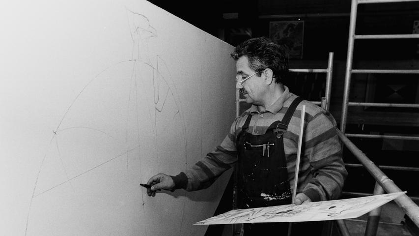 """Noch heute erfreuen sich die Schüler daran: Vor 25 Jahren hat Ali Akbar Safaian, ein international angesehener iranischer Künstler, der einst als Asylbewerber nach Pegnitz gekommen war, die Aula der Christian-Sammet-Schule in Pegnitz mit einem farbenprächtigen Werk verschönert. Der damalige Bürgermeister Manfred Thümmler war begeistert: """"Diese Schule präsentiert sich dadurch bunt, fröhlich, europäisch, international und zukunftsfähig."""" Ali Safaian habe mit dem tollen Farbkonzept Freude in das Gebäude gebracht."""