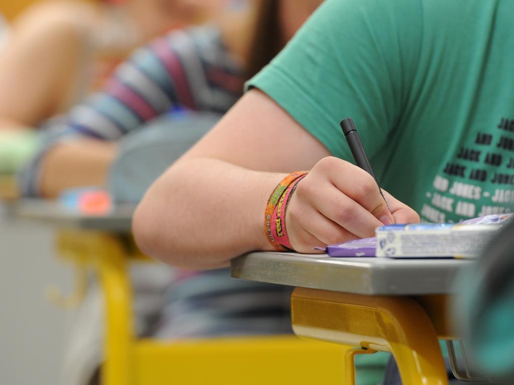ARCHIV - ILLUSTRATION - Abiturienten eines achtjährigen Gymnasiums (G8) in Straubing (Bayern) schreiben am 13.05.2011 die Abiturprüfung in Deutsch. Foto: Armin Weigel/dpa(zu dpa:
