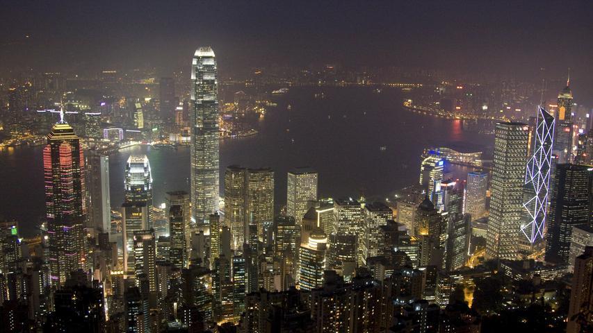 Die Skyline von Hongkong ist geprägt von zahlreichen, hell erleuchteten Wolkenkratzern. 2001 hat ein internationales Wissenschaftlerteam erstmals dokumentiert, wie stark künstliche Beleuchtungen inzwischen weltweit die Nacht erhellen. Die Ergebnisse wurden in einem Lichtatlas veröffentlicht.