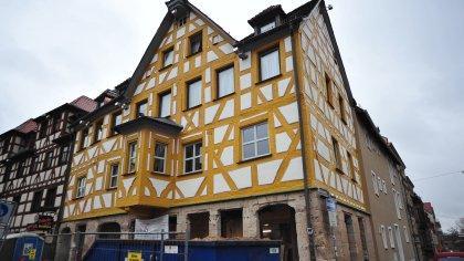 In ganz anderen Farbtönen präsentiert sich nun das Eckhaus am Marktplatz.