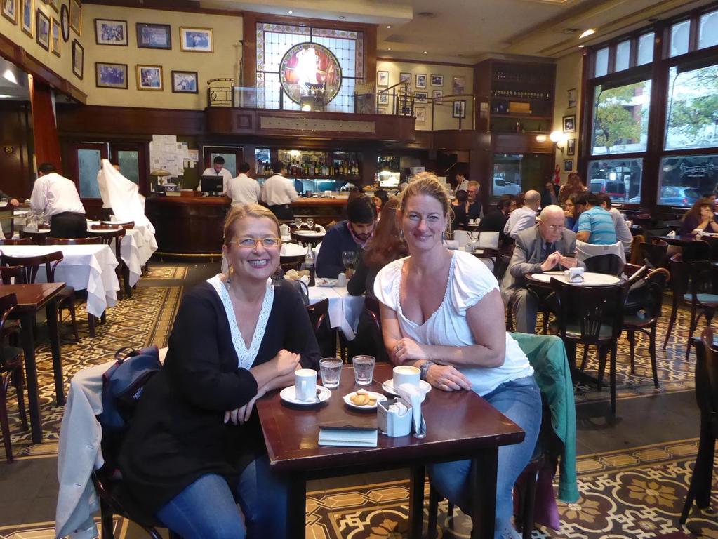 """Elke Zapf, die """"Nürnbergerin auf Weltreise"""", (links) und Hotelmanagerin Margarethe Denk im Apassionata-Tango-Hotel."""