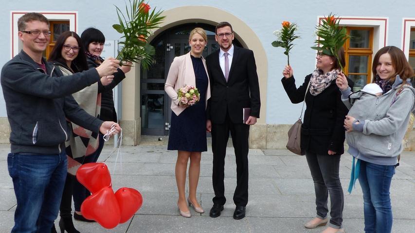 Vor knapp sechs Jahren lernten sich Veronika Semmler aus Töging und Steffen Amesdörfer aus Sulzkirchen bei der X-Mas-Party in Rudertshofen kennen. Der Funke sprang über und beide wurden ein Paar. Nun haben sie im Freystädter Rathaus geheiratet. Nach der Trauung durch Bürgermeister Alexander Dorr warteten Freunde mit Blumen und Luftballons, um auf das junge Glück anzustoßen. Die 30-jährige Arzthelferin und der 32- jährige Spengler wohnen im neugebauten Haus in Sulzkirchen.