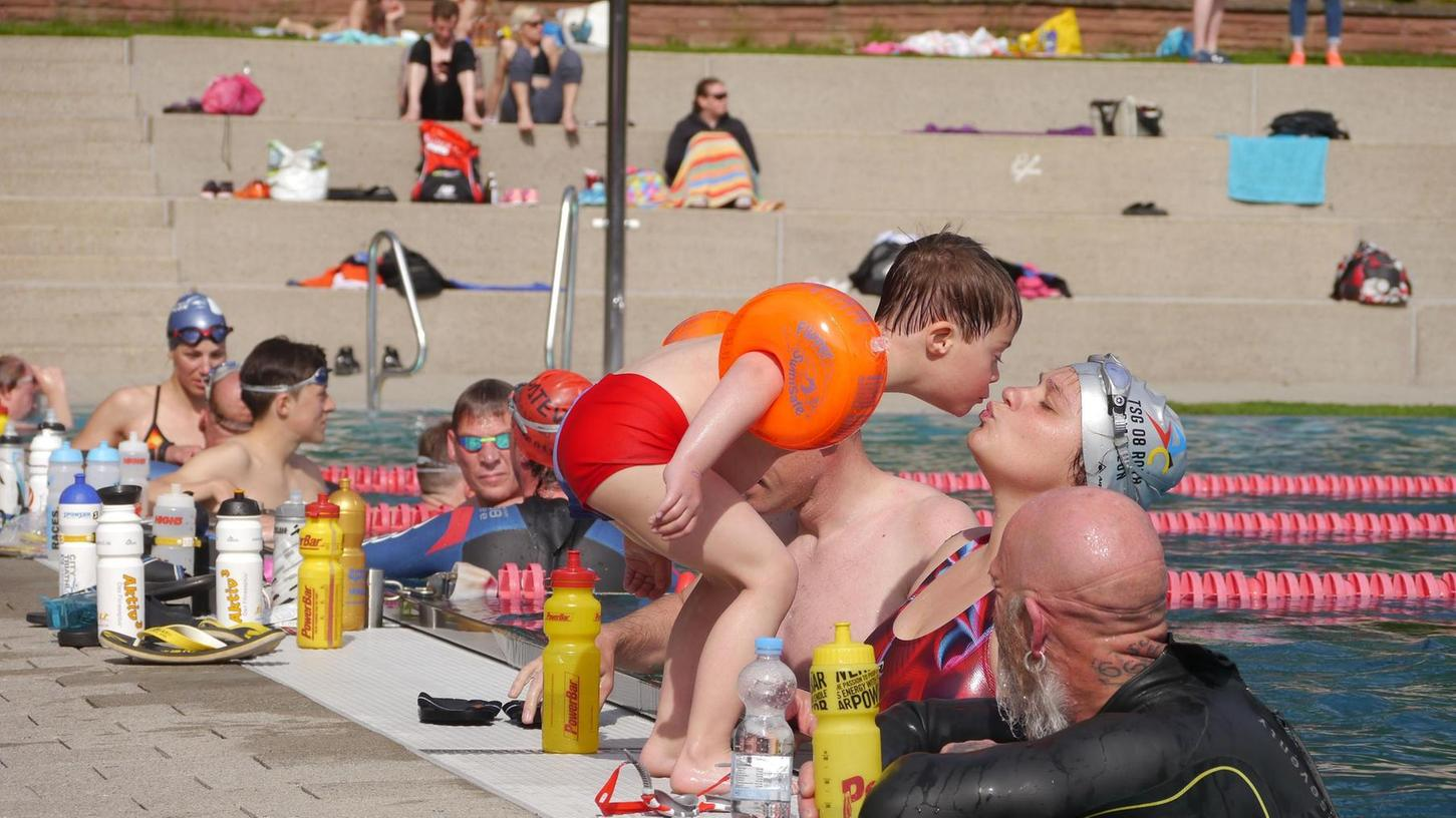 """Hauptsache schwimmen: 171 Starter sind am Wochenende ins Wasser gegangen, darunter auch viele """"Otto-Normal-Schwimmer"""". Jede geschwommene Bahn war 50 Cent wert."""