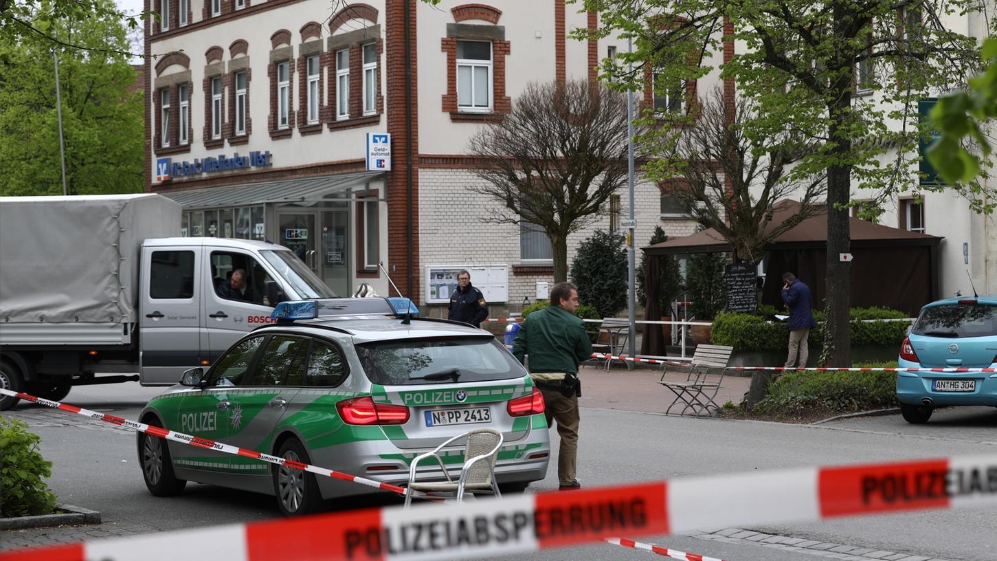 Polizisten sichern den Tatort, an dem ein 24-jähriger Asylbewerber seine Freundin niederstach. Das junge Paar hatte auf einer Bank in Neuendettelsau gesessen, als der mutmaßliche Tatverdächtige plötzlich das Messer zog.