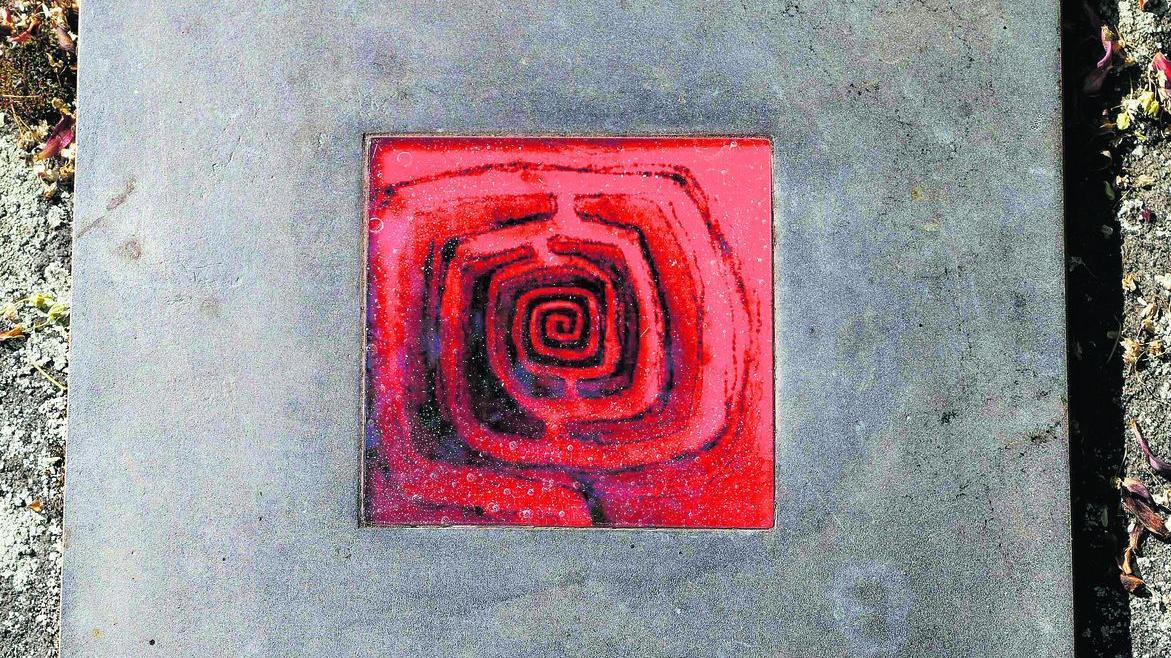 """Renate Ahlsdorf war Malerin. """"Sie hat Labyrinthe in starken Farben gemalt — deshalb auch der Part in rotem Glas"""", erklärt Haydn. Seinen Entwurf gab er einem österreichischen Glaskünstler in Auftrag. """"Insgesamt ist das Epitaph aufgebaut wie ein Gemälde: Bild mit Passepartout."""""""