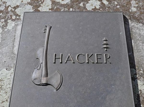 """Geige, Baum und Hackbeil — ein Epitaph, das Leidenschaft und Beruf verbindet: """"Über Generationen hinweg hatte die Familie Hacker vom Wald gelebt, die Nachfahren lieben klassische Musik"""", erinnert sich der gelernte Metallgestalter Haydn an das Auftrags-Gespräch."""