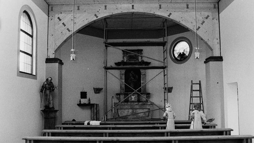Das Innere der neuen Kapelle in Körbeldorf nahm vor 40 Jahren langsam Gestalt an. Das neue Gotteshaus wurde am Ortsrand in Richtung Büchenbach errichtet, nachdem das alte Kirchlein im Ort dem Straßenausbau hatte weichen müssen. Mitgenommen wurde der aus dem Jahr 1733 stammende alte Altar aus dem Spätbarock, der allerdings bereits zum vierten Mal restauriert werden musste. Für rund 5000 Mark wurden die Farben aufgefrischt und die Vergoldung erneuert.