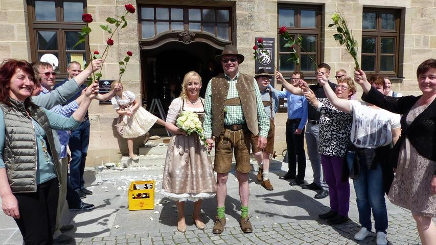 Mit einem schicken, knallroten VW-Käfer-Cabriolett – fuhren Franz-Josef Schmidt und Isabella Fürst von Neumarkt nach Freystadt, um sich im dortigen Standesamt das Jawort zu geben. Bürgermeister Alexander Dorr traute das Paar, das in Begleitung ihrer Hochzeitsgäste gekommen war, im großen Sitzungssaal in der historischen Knabenschule. Auf dem Freystädter Marktplatz hatten sich anschließend Freunde und Verwandte des Brautpaares zu einem Spalier formiert, um zu gratulieren und Geschenke zu überreichen. Zur Hochzeitsfeier luden die Altenpflegerin und der Konstrukteur, die seit sieben Jahren ein Paar sind, ins Gasthaus Dallmayr nach Berching.