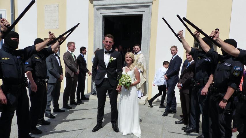 Vor sechs Jahren lernten sich Bianca Schubert aus Mörsdorf und Benedikt Breitwießner aus Würzburg bei einer Sportveranstaltung kennen und fanden sich mehr als sympathisch. Diese Liebe besiegelte das Paar nun mit dem Eheversprechen in der Spitalkirche in Freystadt, wo sie von Franziskanerpater Bartimäus kirchlich getraut worden sind. Auf dem Spitalvorplatz grüßten anschließend die Kollegen des Bräutigams von seiner Polizeieinheit mit einem eindrucksvollen Spalier. Zur Hochzeitsfeier luden die 28-jährige Bürokauffrau und der 30-jährige Polizeibeamte in den Spitalstadl. Beide wohnen in Mörsdorf.