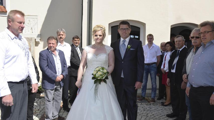 Thomas Pechl aus Unterwall und Melanie Weigert aus Krappenhofen haben sich vor Pfarrer Andreas Henke aus Möning das Eheversprechen gegeben. Die Band und der Chor