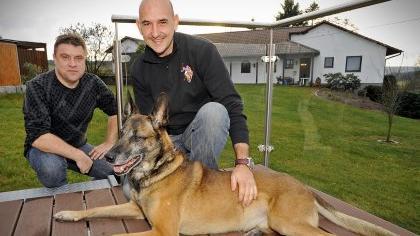 Die Polizeihundeführer Thomas Münzer (links) und Thomas Gumbrecht mit Schäferhund «Timmi», der noch zwei Jahre lang Dienst schiebt.