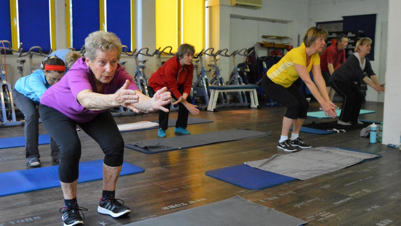 Immer in Bewegung: Annemarie Wittmann (vorne li.) ist 86 Jahre alt und fit wie ein Turnschuh. Dafür tut sie auch einiges: Seit 26 Jahren besucht sie mehrmals pro Woche das Fitnessstudio.