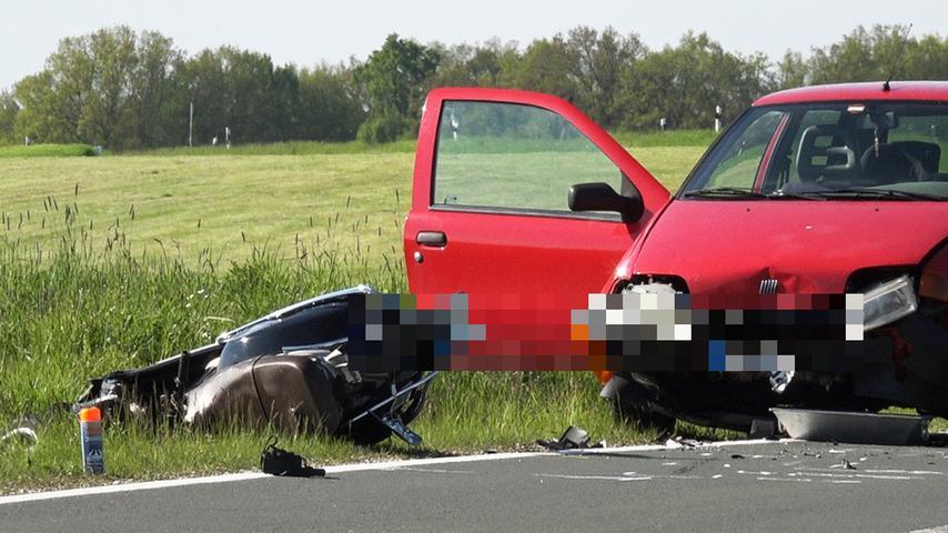 Tödlicher Unfall bei Tuchenbach: Motorradfahrer prallt gegen Auto