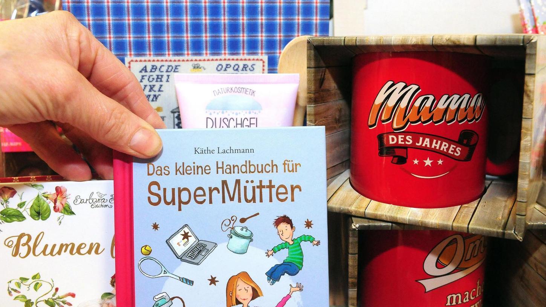 """Ob """"Super Mütter"""" noch ein Handbuch brauchen sei mal dahingestellt. Der Titel """"Mama des Jahres"""" sollte nicht nur am Muttertag verliehen werden — sondern jeden Tag."""