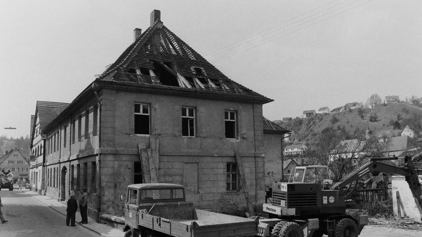 Vor 40 Jahren wurde in Pottenstein das Gebäude des ehemaligen Amtsgerichts in der Hauptstraße abgerissen. Allerdings verzogerten sich die Arbeiten um eine Woche, weil die Ampeln der Baufirma nicht funktionierten. Das altehrwürdige Gebäude musste einem Mehrzweckhaus weichen, das auch die Feuerwehr mit aufnehmen sollte. Inzwischen hat die Feuerwehr auf der Höhe längst ein neues Domizil bezogen.