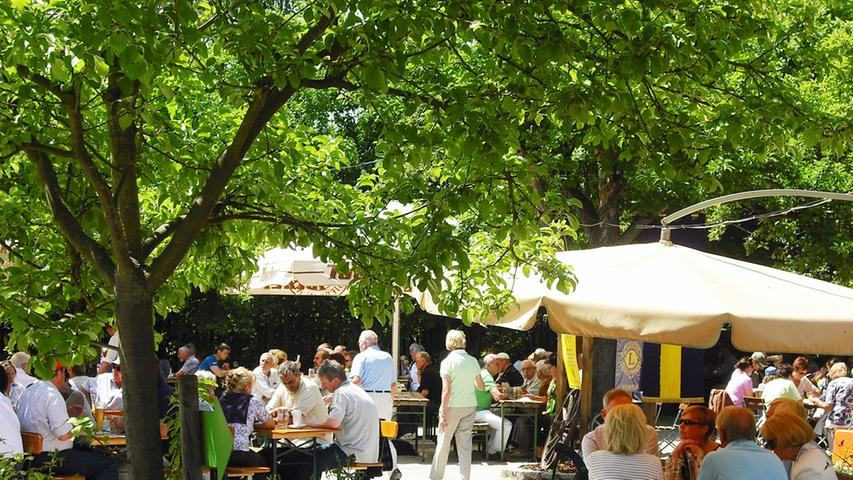 Das Obstgärtla in Burgfarrnbach zählt mit 650 Plätzen zu den größten in der Fürther Umgebung. - Die Gäste sitzen unter herrlichen alten Obstbäumen. - Radler kehren hier gerne ein. - Kinder können sich auf dem Spielplatz austoben. - Wenn es kühler wird, ist man im beheizten