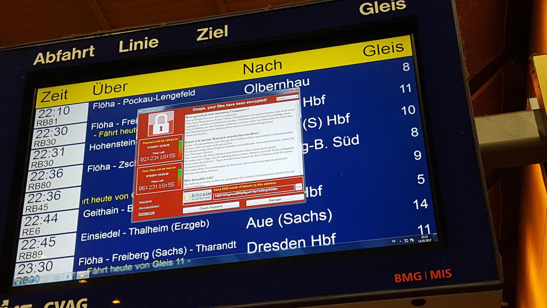 Betroffen von einer weltweiten Cyber-Attacke war am Freitag auch eine Anzeigetafel mit Abfahrtszeiten der Deutschen Bahn am Hauptbahnhof in Chemnitz (Sachsen).