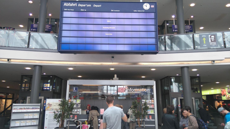 Seit der Cyber-Attacke auf die Deutsche Bahn sind die Anzeigetafeln am Nürnberger Hauptbahnhof gestört.