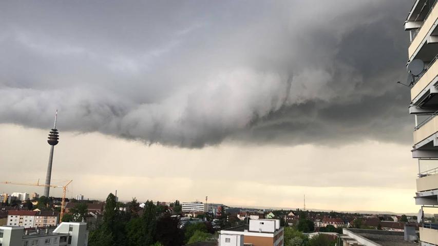 Riesen-Wolke über Nürnberg