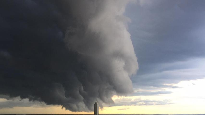 Wolke über dem Business Tower
