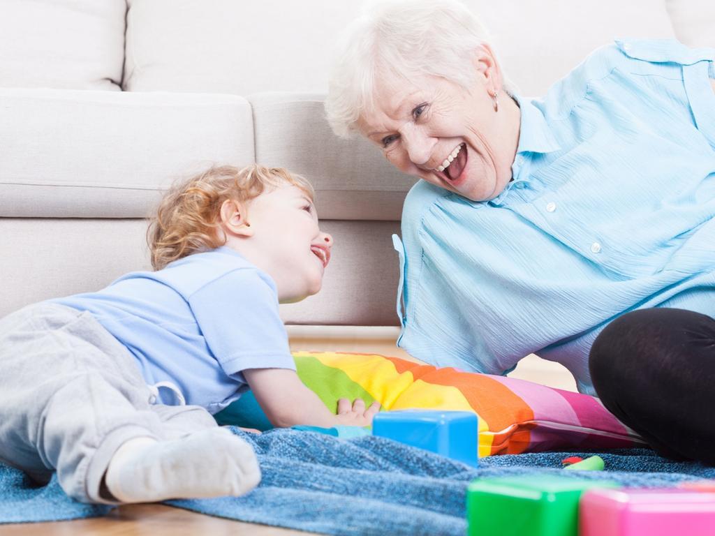 Passen bei Ihnen Oma oder Opa auf die lieben Kleinen auf und beide Elternteile sind berufstätig? Dann stellen Sie doch Oma und/Oder Opa  - abhängig von der Rentenhöhe der Betreuer - als selbständige Kinderbetreuer  oder als Mini-Jobber ein. Die Kosten dafür lassen sich als Kinderbetreuungskosten von der Steuer  absetzen. Es ist aber ratsam, dass die Durchführung wie unter fremden Dritten erfolgt, also schriftlicher Vertrag, Aufzeichnung der Zeiten und Überweisung der Vergütung. Achtung, auch bei diesen Konstruktionen gilt der Mindestlohn (Urlaubsfalle beachten).