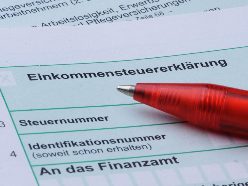 Am 31. Mai endete für viele Steuerzahler die Frist für die Abgabe ihrer Steuererklärung. Wer diesen Termin nicht einhalten konnte, hat die Möglichkeit, eine Fristverlängerung zu beantragen. Allerdings muss die schriftlich geäußerte Bitte um Aufschub begründet werden, betont die Steuerberaterkammer Nürnberg. In der Regel stimmt das Finanzamt ihr zu und gewährt eine Fristverlängerung bis zum 30. September 2017. Wird die zweite Frist ebenfalls versäumt, schickt das Finanzamt eine Erinnerung, in der meist ein weiteres Abgabedatum genannt wird. Allerdings kann schon von diesem Zeitpunkt an ein Verspätungszuschlag drohen. Je später die Steuererklärung eingereicht wird, desto höher kann dieser Zuschlag ausfallen. Generell kann er bis zu zehn Prozent des festgesetzten Steuerbetrags betragen. Mehr als 25 000 Euro kann das Finanzamt allerdings nicht verlangen.