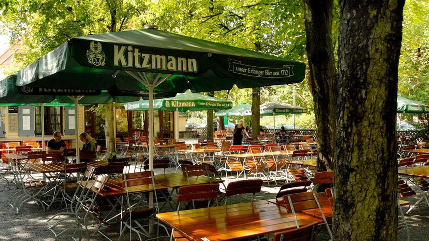 Mitten in einem Wohngebiet in Erlangen liegt der Biergarten am Röthelheim - dementsprechend ruhig und entspannt geht es dort auch zu.    - Ruhig, schattig, familiär: Hier kann man bestens dem städtischen Trubel entfliehen. - Aufgetischt wird herzhaft-fränkisches Essen. - Im Garten ist Selbstbedienung angesagt.